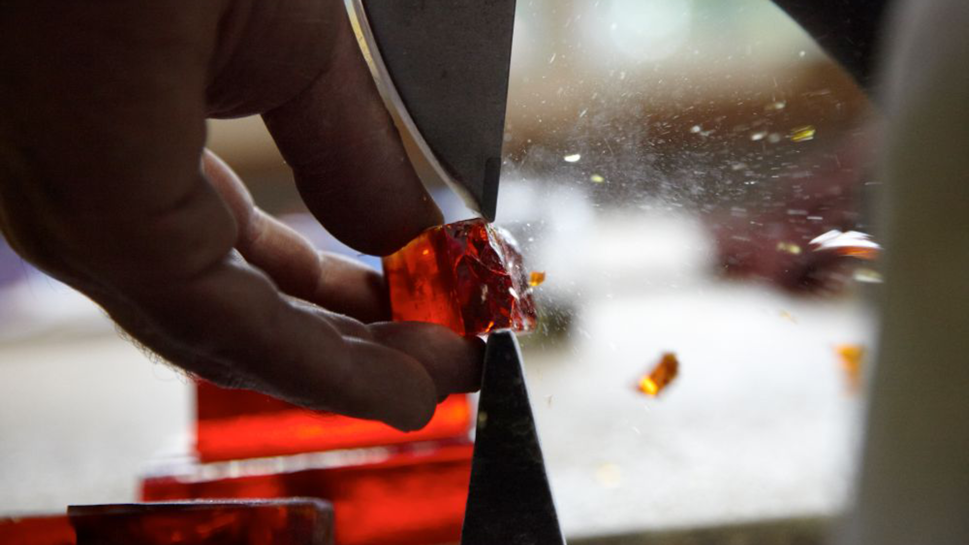 Travail d'une dalle de verre aux ateliers Loire