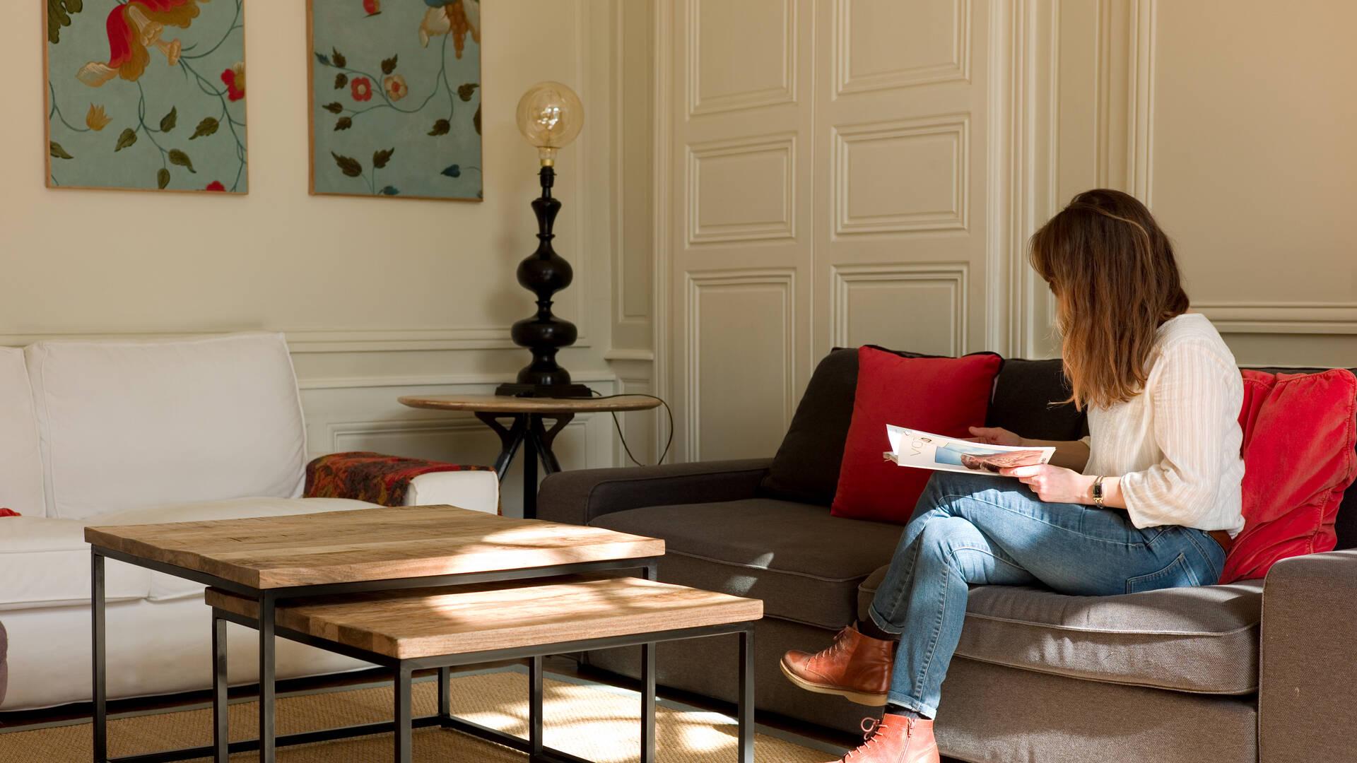 Personne lisant dans le salon d'une maison remarquable de Chartres